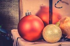 Chucherías de Navidad en colores brillantes Fotografía de archivo libre de regalías