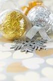 Chucherías de Navidad en el papel con los corazones Imagen de archivo libre de regalías