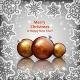 Chucherías de oro de la Navidad en un fondo gris Imágenes de archivo libres de regalías