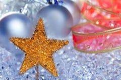 Chucherías de oro de la plata del símbolo de la estrella de la Navidad Foto de archivo libre de regalías