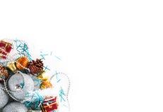 Chucherías de plata de la bola de la Navidad con la decoración, aislada opinión superior de la endecha plana, espacio para el tex Fotografía de archivo