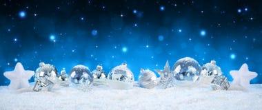 Chucherías de plata en la nieve - noche estrellada Imagen de archivo libre de regalías