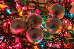 Chucherías de plata en luces de Navidad Foto de archivo