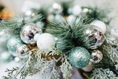Chucherías de plata que cuelgan de un árbol de navidad adornado Imagen de archivo