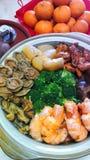 Chucherías de un pote, cuenco del tesoro para la cena china del Año Nuevo fotos de archivo