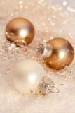 Chucherías del brillo del oro de la Navidad Fotografía de archivo