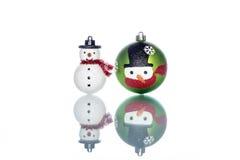 Chucherías del muñeco de nieve con el muñeco de nieve en el fondo blanco, espacio de la copia Fotos de archivo libres de regalías