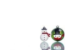 Chucherías del muñeco de nieve con el muñeco de nieve en el fondo blanco, espacio de la copia Imagen de archivo