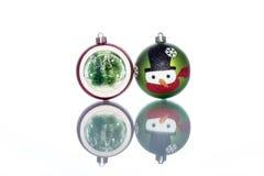 Chucherías del muñeco de nieve con el snowglobe con el árbol de navidad dentro Fotos de archivo