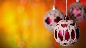 Chucherías hecha a ganchillos hermosas de Navidad que cuelgan luces de la Navidad borrosas coloridas almacen de metraje de vídeo