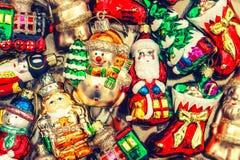 Chucherías, juguetes y ornamentos de las decoraciones del árbol de navidad st retro Imagen de archivo libre de regalías