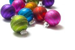Chucherías o bolas coloridas de la Navidad Imágenes de archivo libres de regalías