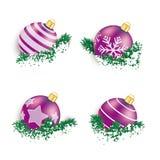 Chucherías púrpuras de la Navidad en nieve de las ramitas stock de ilustración