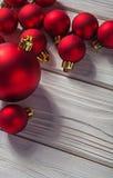 Chucherías rojas de la Navidad de la imagen de Copyspace en viejo woode blanco pintado Imagen de archivo libre de regalías