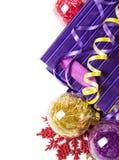 Chucherías rojas, púrpuras y amarillas de Navidad Foto de archivo libre de regalías