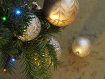 Chucherías y luces en un árbol de navidad Foto de archivo
