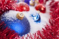Chucherías y nieve de la Navidad Fotos de archivo libres de regalías