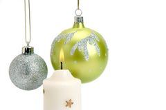Chucherías y vela de la Navidad en un fondo blanco Imagenes de archivo