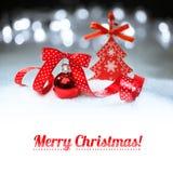 Chuchería roja de la Navidad en fondo del invierno con un subtítulo Imagen de archivo libre de regalías