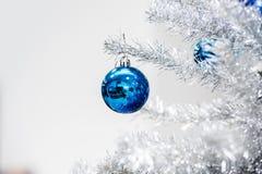 Chucherías azules en el árbol de navidad artificial de plata Foto de archivo libre de regalías