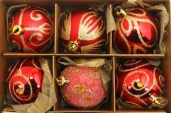 Chucherías de la Navidad en una caja Imagen de archivo