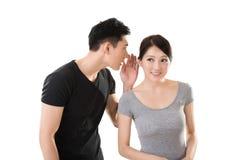 Chuchotement asiatique de couples Photo libre de droits