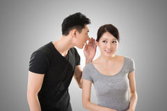 Chuchotement asiatique de couples Photos stock