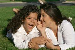 chuchotement d'adolescents photo stock