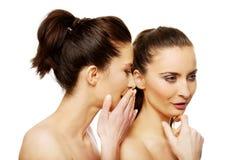 Chuchotement de deux femmes de beauté Photo libre de droits