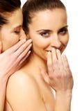 Chuchotement de deux femmes de beauté Photographie stock