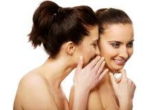 Chuchotement de deux femmes de beauté Image stock