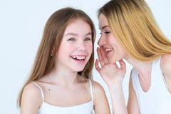 Chuchotement secret de mère de relations de confiance de famille Photographie stock libre de droits