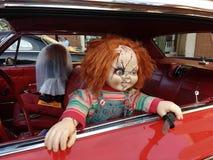 Chucky Doll i en tappningbil, rysaretecken arkivbild