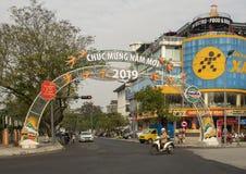 Chucmung Nam Moi 2019 vieringsteken die over een straat, Tint, Vietnam overspannen stock foto's