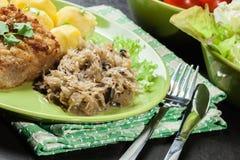 Chucrute fritado com a costeleta de carneiro fritada da carne de porco e as batatas fervidas Fotos de Stock