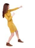 Chuderlawej kobiety śmieszne walki macha jego zbroją i iść na piechotę Obrazy Royalty Free