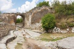 Chufut无头甘蓝古老洞城市的内在路,通过防御组织的曲拱,墙壁 免版税库存图片