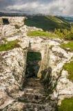 Chufut-chou frisé médiéval de ville-forteresse de caverne dans les montagnes photographie stock