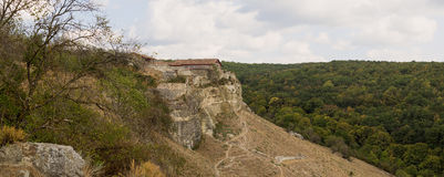 Chufut-col rizada - ciudad-fortaleza medieval en las montañas crimeas imagenes de archivo
