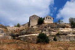 Chufut-Col rizada - una ciudad de la cueva. Imagen de archivo