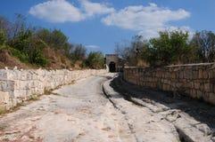 Chufut-Col rizada - una ciudad de la cueva. Fotografía de archivo