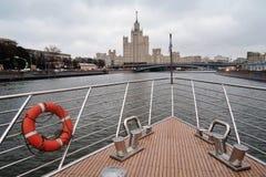 Chuise在莫斯科河的船风帆 库存图片