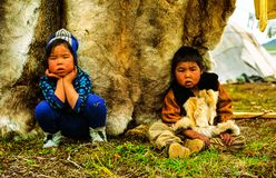 Chukchi nära deras hem Den lokala befolkningen av Chukotka royaltyfria bilder