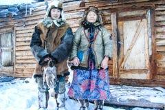 Chukchi nära deras hem Den lokala befolkningen av Chukotka fotografering för bildbyråer