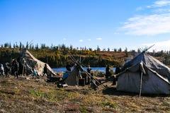 Chukchi nära deras hem Den lokala befolkningen av Chukotka royaltyfri foto