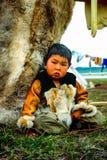 Chukchi nära deras hem Den lokala befolkningen av Chukotka arkivbilder