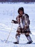 Chukchi nära deras hem Den lokala befolkningen av Chukotka royaltyfria foton