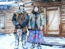 Chukchi nära deras hem Den lokala befolkningen av Chukotka arkivfoton