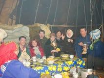 Chukotka i Bilibino, Chukchi Händelser och handel, nationella kläder ganska vinter royaltyfri foto