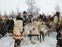 Chukotka i Bilibino, Chukchi Händelser och handel, nationella kläder ganska vinter arkivfoto